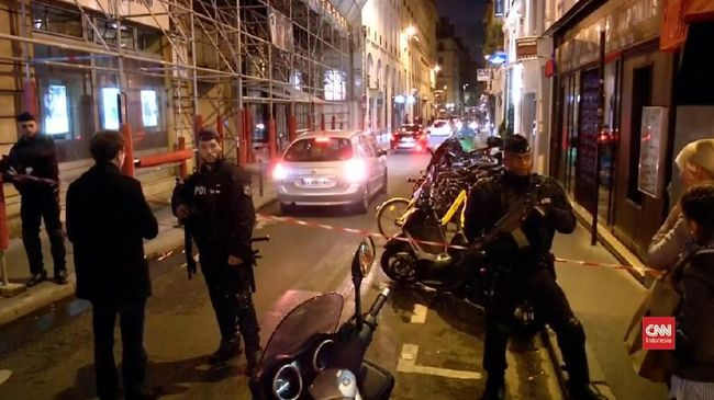 Penyerang bersenjatakan pisau di Paris disebut sebagai keturunan Chechnya dan sudah masuk daftar pengawasan terduga ekstrimis sejak 2016.