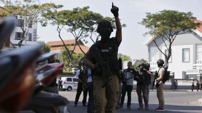 Menurut mantan napi terorisme Ali Fauzi Manzi serangan bom ke gereja mirip pola serangan generasi teroris era 1990-an hingga awal 2000.