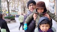 <p>Kompaknya Karan dan Neel bersama Ayah Sukdhev. (Foto: Instagram/ @bungazainal05)</p>