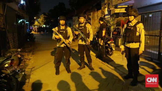 Tiga terduga teroris yang diamankan Densus 88 di Probolinggo diduga terlibat aksi teror bom yang terjadi di Kota Surabaya dan Sidoarjo, Jawa Timur.
