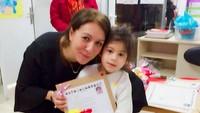 <p>Elif sudah sekolah lho. Ini ketika Elif bersama wali kelasnya. (Foto: Instagram/ @siti_kdi_perk)</p>
