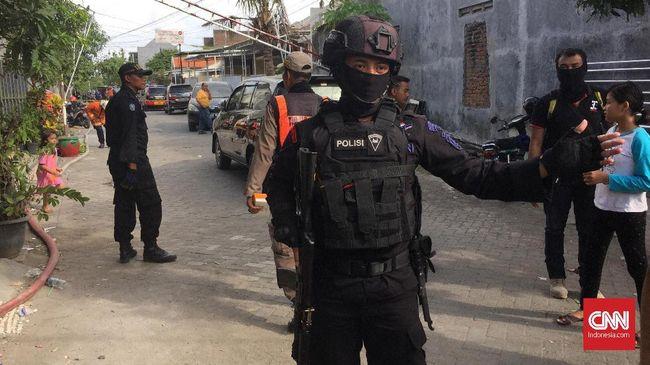 Dalam rumah yang diduga milik terduga teroris itu, polisi mendapatkan senapan angin, pistol rakitan, dan busur panah.