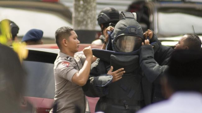 Melalui pengeras suara di masjid, seorang tokoh agama membujuk terduga teroris di Sibolga agar menyerahkan diri ke polisi.