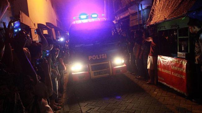 Densus 88 Antiteror Mabes Polri menangkap seorang warga yang diduga menjadi bagian dari jaringan terorisme Indonesia di Semarang, Sabtu (3/4) dini hari.