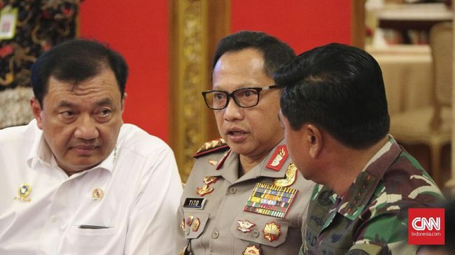 Panglima TNI Hadi Tjahjanto, Kapolri Tito Karnavian, dan Kepala BIN terlibat perbincangan serius sebelum sidang kabinet di Istana Negara, Rabu (16/5).