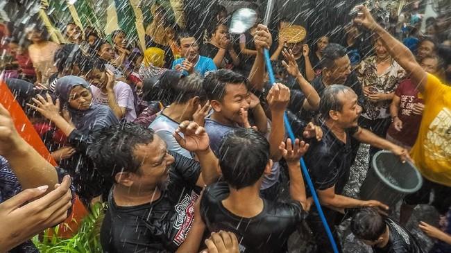 Tradisi turun-temurun dilaksanakan di desa-desa penjuru Nusantara untuk menyambut Ramadan, yang diputuskan jatuh pada Kamis (17/5) esok.