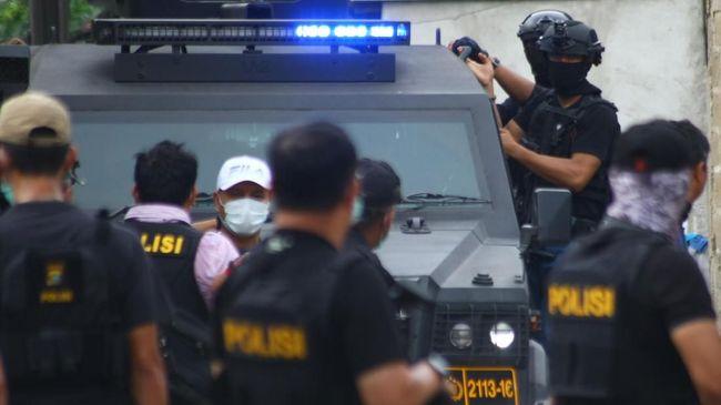 Tim Densus 88 Antiteror Polri menangkap terduga teroris berinisial TH di sebuah rumah di Bambu Larangan, Cengkareng, Jakarta Barat, Jumat (11/10).