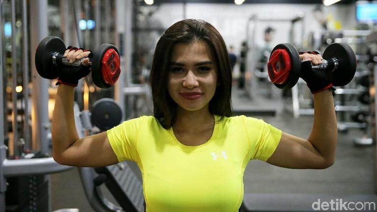 Berikut ini foto-foto saat presenter seksi Maria Vania berolahraga. Suka buat salah fokus netizen hingga bikin lutut lemas.