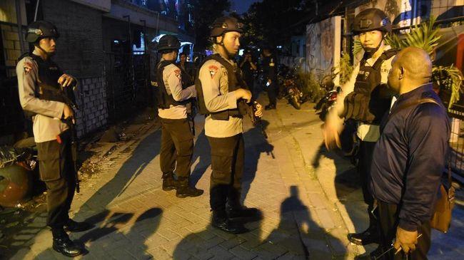 Tim Densus 88 Mabes Polri menggeledah rumah terduga teroris di kawasan Perumahan Sumbertaman Indah, Kota Probolinggo, Jawa Timur, Rabu (16/5) malam.