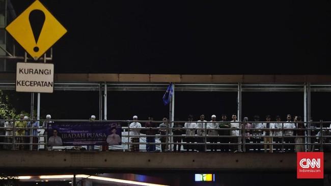 Berhubung 1 Ramadan jatuh pada Kamis (17/5), sejumlah warga termasuk di kawasan Pasar Gembrong, Jakarta menjalankan salat Tarawih pertamanya malam ini (16/5).