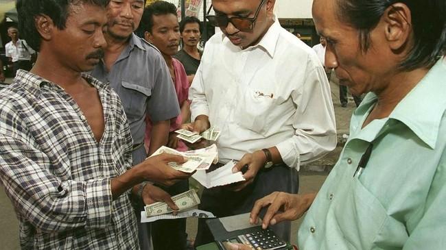 Kejatuhan Soeharto dari kursi Presiden RI diawali inflasi yang mencapai 60 persen, kelangkaan bahan makanan, dan kegelisahan di seluruh lapisan masyarakat.