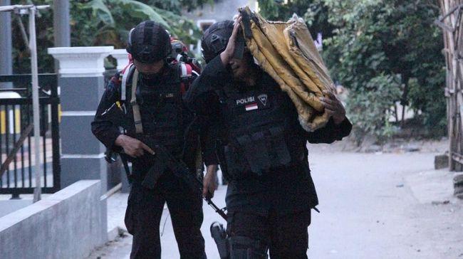Puluhan senjata tajam dan buku-buku diduga terkait terorisme, diamankan di rumah kos tempat terduga teroris di Kenjeran, Surabaya.