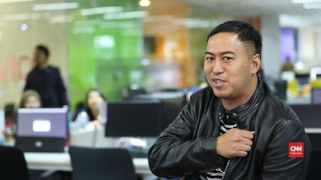 Pandji Pragiwaksono menjawab tuduhan warganet yang tidak puas dengan video diskusi tentang FPI di akun YouTubenya.