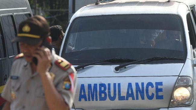 Polisi berjaga saat pemindahan jenazah terduga pelaku teror dari ruang pendingin ke ambulans di RS Bhayangkara, Surabaya, Jawa Timur, Jumat (18/5). Sebanyak tiga jenazah terduga teroris pada ledakan bom di rusunawa Wonocolo Sidoarjo tersebut dipindahkan dan rencananya akan dimakamkan di sebuah pemakaman di Sidoarjo. ANTARA FOTO/Zabur Karuru/aww/18.
