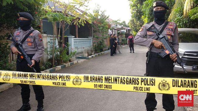 Dalam waktu tiga hari berturut-turut, polisi menangkap enam orang terduga teroris di sejumlah lokasi, yakni, Lamongan dan Madura.