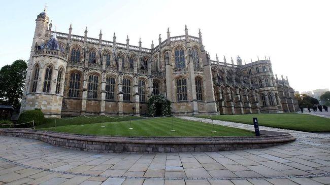 Kapel St George yang berada di Kastel Windsor bukan hanya lokasi pernikahan Pangeran Harry, melainkan juga tempat pertemuan negara juga kuburan nenek moyangnya.