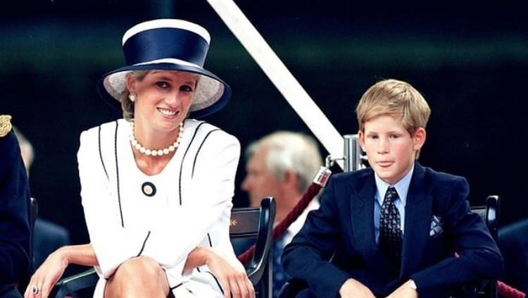 Pangeran William memberikan tanggapan soal keputusan Pangeran Harry dan Meghan Markle yang mundur dari anggota keluarga Kerajaan Inggris. Apa kata William?