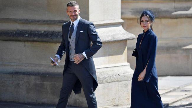 Untuk menghadiri pesta pernikahan Sergio Ramos di Spanyol, Victoria memilih gaun panjang bergaya mermaid berkerah tinggi dan heels pink cerah.