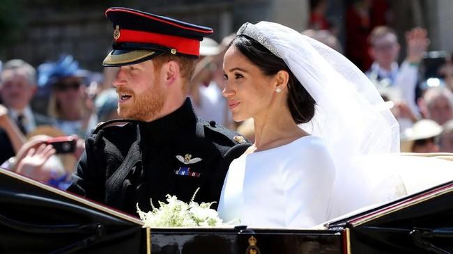 Meghan Markle dan Pangeran Harry lalu meninggalkan St. George dan berparade keliling jalanan sampai kembali lagi ke Hall St. George untuk resepsi pertama yang digelar Ratu Elizabeth II. (Gareth Fuller/Pool via REUTERS)