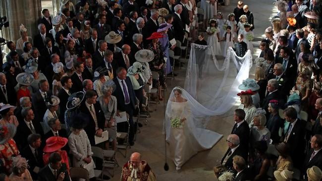 Pangeran Harry, Pangeran William dan tetamu berdiri saat Markle berjalan di lorong gereja. (Danny Lawson/Pool via REUTERS)