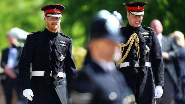 Pangeran Harry dan Pangeran William, pendamping prianya, telah tiba lebih dulu. Mereka mengenakan seragam kavaleri. (Gareth Fuller/Pool via REUTERS)