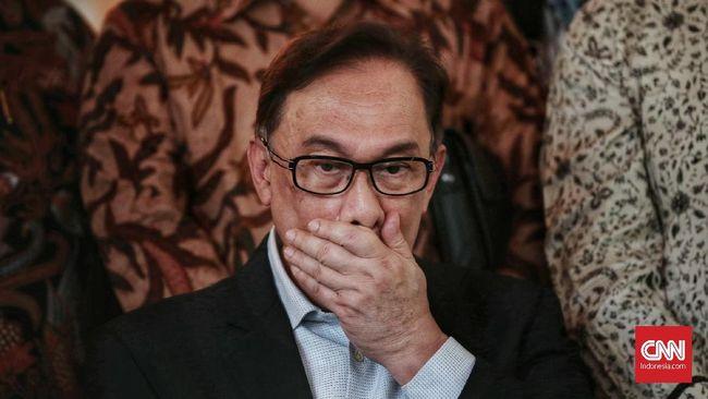 Politikus PKR mengkritik Anwar Ibrahim, presiden partai terbesar di koalisi penguasa Malaysia itu, karena tak membela menteri yang terseret skandal video seks.