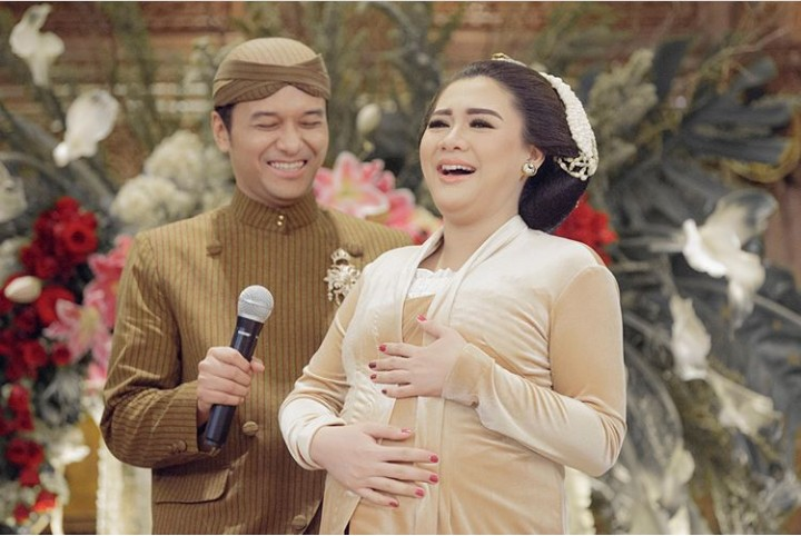 Aura keibuan penyanyi Vicky Shu kian terpancar seiring kehamilannya yang makin besar. Makin cantik juga lho.