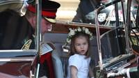 Di akhir pemberkatan pernikahan sang paman, Putri Charlotte dengan lucunya juga melambaikan tangan pada para fansnya. Gemas maksimal! (Foto: Getty Images)