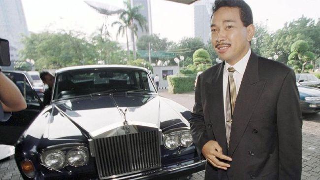 Presiden Soeharto disebut memiliki kecenderungan untuk 'memanjakan' keluarga dan itu dimanfaatkan oleh segelintir orang untuk mendapat kemudahan meraup dana.