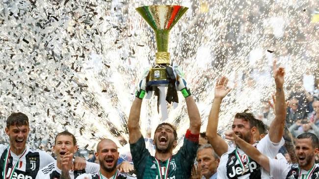 Juventus menambah jumlah gelar juara Serie A usai mempertahankan trofi musim 2017/2018. Bianconeri mengoleksi 95 poin, unggul empat angka dari Napoli pada klasemen akhir. (REUTERS/Stefano Rellandini TPX IMAGES OF THE DAY)
