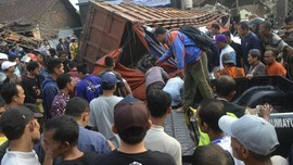 Tak Terkendali, Truk Sampah Nyaris Terlempar dari Tol Priok