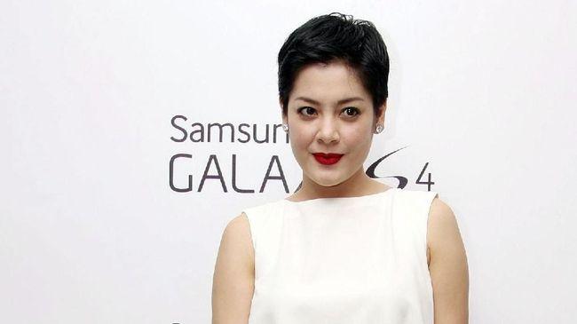 Belum genap dua tahun menikah dengan Bani Maulana Mulia, kini aktris Lulu Tobing tengah menjalani proses cerai.