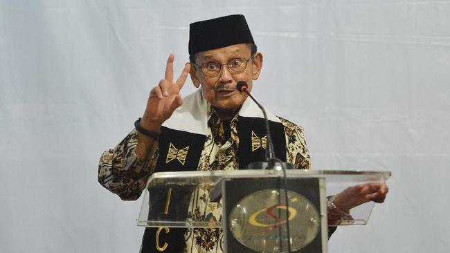 Habibie mengklaim hubungannya dengan Soeharto pasca reformasi tetap harmonis. Saat 1998, Habibie tak tahu alasan Soeharto memutuskan lengser dari jabatannya.