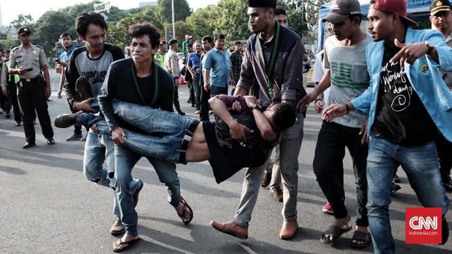 Puluhan massa HMI melakukan aksi merefleksi 20 tahun reformasi di seberang Istana Merdeka. Aksi itu diwarnai ricuh massa dan petugas, serta pembakaran ban.