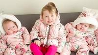 <p>Kalau baju kembarannya pakaian musim dingin kayak gini gimana, Bun? Tetap imut dan lucu kan kakak-adik ini? (Foto: Instagram/ @daughtersanddreams) </p>