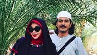 <p>Foto dulu ah bareng suami tercinta di Masjid Quba. (Foto: Instagram/ @rinagunawan28) </p>