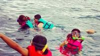 <p>Wah, asyiknya Pinkan snorkeling bareng anak-anaknya. (Foto: Instagram/ @pinkan_mambo)</p>