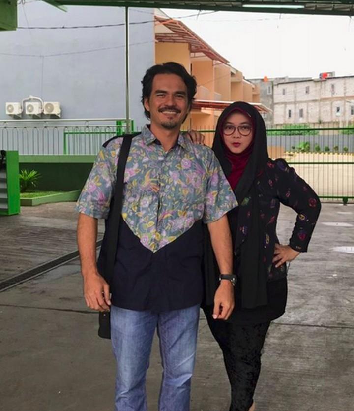 Sudah menikah 19 tahun, kemesraan pasangan ini tetap awet lho. So sweet banget!