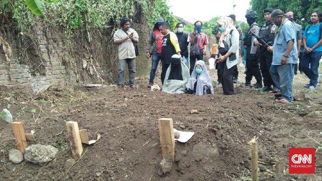 Tangis Wanita Bercadar Saat Pemakaman Empat Terduga Teroris