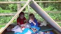 <p>Wah seru nih, berkemah sambil piknik di kebun rumah sendiri. (Foto: Instagram @joolsoliver)</p>