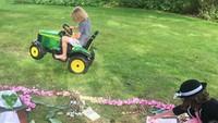 <p>Petal dan Buddy, dua dari lima anak Jamie Oliver sedang membuat taman dengan tema fairytale katanya. (Foto: Instagram @joolsoliver)</p>