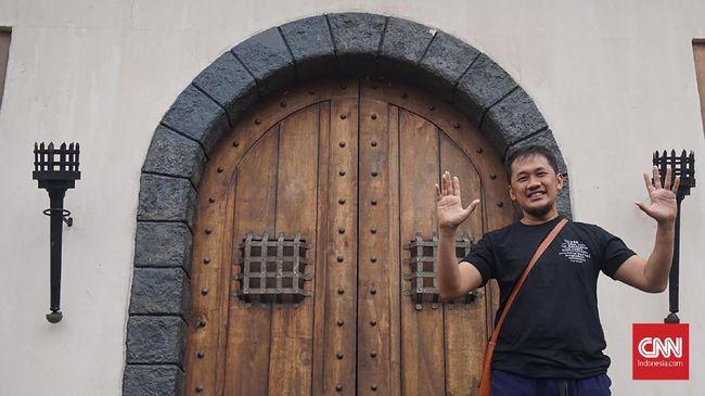Hanung Bramantyo menganggap novel 'Bumi Manusia' tak seberat 'Ayat-Ayat Cinta', ia pun menilai cerita dalam karya Pram itu adalah kisah cinta remaja.