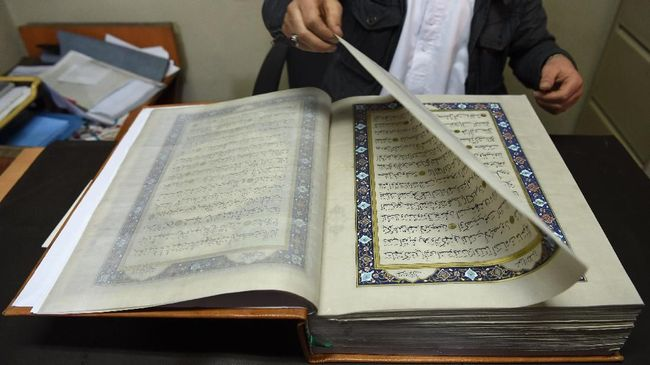Seniman Afghanistan membutuhkan waktu hampir dua tahun untuk merampungkan Alquran tulisan tangan yang dibuat di atas lembaran kain sutra.