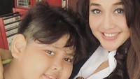 <p>Walaupun usianya sudah berkepala 5, Bunda Mitha masih awet muda ya. Sehat selalu Mitha dan Adrian! (Foto: Instagram/ @paramitha118)</p>