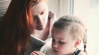 <p>Menemani si kecil membaca buku adalah salah satu wujud sayang ibu pada anaknya. (Foto: Instagram/daria_gulenko) </p>