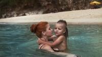 <p>Pegangan yang erat ya, Nak, bunda ajari kamu berenang. (Foto: Instagram/vitaly_gulyaev) </p>