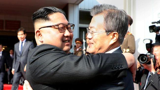 Dari ancaman perang ke pelukan akrab, pemimpin Korut Kim Jong-un berubah menjadi diplomat berbakat atas bantuan Presiden AS Donald Trump.