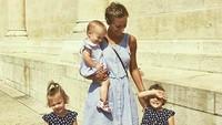 <p>Kostumnya senada nih. Penampilan bunda dan ketiga putrinya ini makin cantik. (Foto: Instagram/ @active_mum_life)</p>