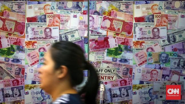 Hasil Pertumbuhan Ekonomi, Listrik, hingga Ketegangan Perang Dagang bikin Rupiah Terjun Dekati Rp14.300 Siang Ini
