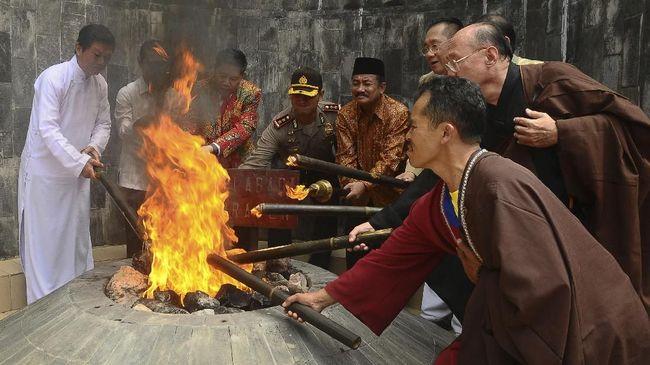 Gubernur Jawa Tengah Ganjar Pranowo berhasil menyalakan kembali Api Abadi Mrapen yang padam sejak September 2020.